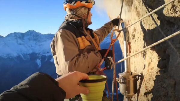 «Тут порядка 700 метров»: российские альпинисты устроили чаепитие с самоваром на отвесной скале - Sputnik Абхазия