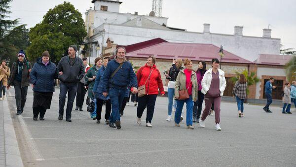 Туристы на набережной  - Sputnik Абхазия