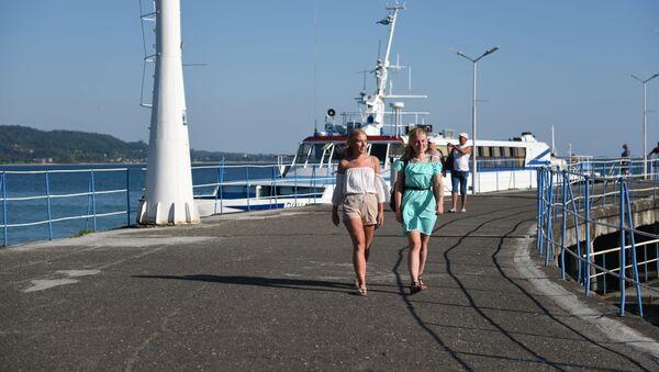 Туристы на набережной  - Sputnik Аҧсны