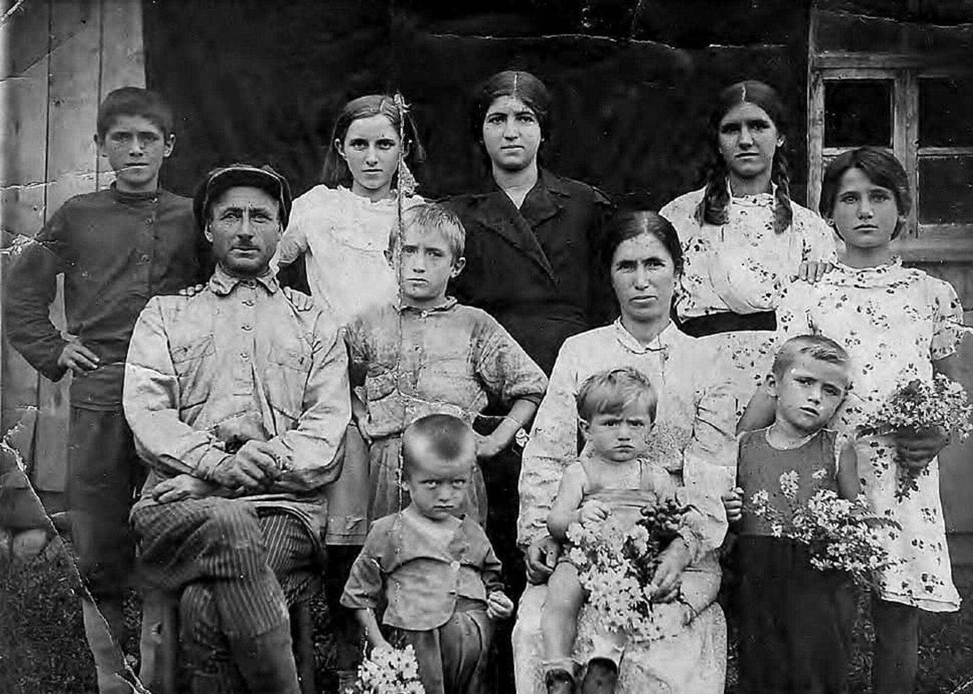 Шьаадаҭ Аџьба иҭаацәара ду. Ҵаҟа игылоу Таиф хәыҷ иоуп (семья Таифа Аджба. внизу стоит с цветами самый маленький поет Таиф Аджба) - Sputnik Аҧсны, 1920, 12.10.2021