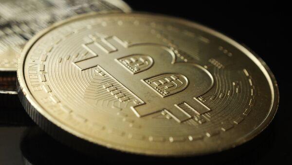 Сувенирная монета криптовалюты биткойн. - Sputnik Аҧсны