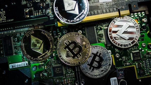 Сувенирные монеты с логотипами криптовалют Bitcoin, Litecoin и Ethereum. - Sputnik Абхазия