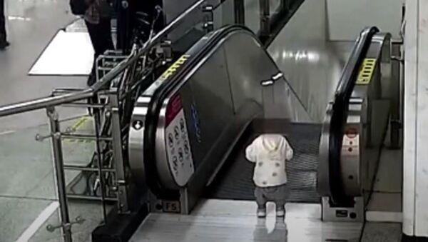 Охранник спас малыша на эскалаторе - Sputnik Абхазия