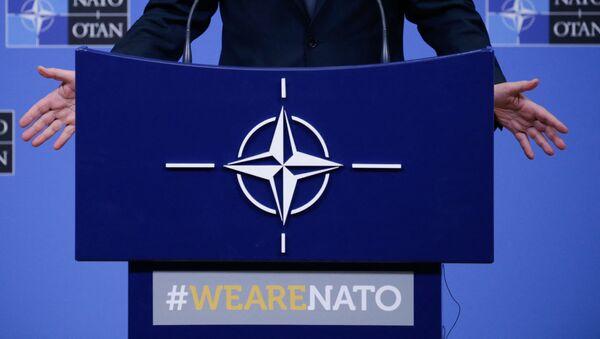 На фотографии изображен логотип НАТО, когда Генеральный секретарь НАТО Йенс Столтенберг проводит пресс-конференцию во время встречи министров обороны НАТО в Брюсселе 13 февраля 2020 г - Sputnik Абхазия