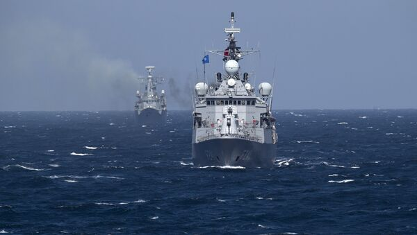Турецкий военный корабль НАТО TCG Turgutreis (на переднем плане) маневрирует в Черном море после выхода из порта Констанца, Румыния, понедельник, 16 марта 2015 г. Корабли НАТО принимают участие в морских учениях в Черноморском регионе с участием кораблей USS Vicksburg, а также немецкий вспомогательный корабль и фрегаты из Канады, Турции, Италии и Румынии. - Sputnik Абхазия