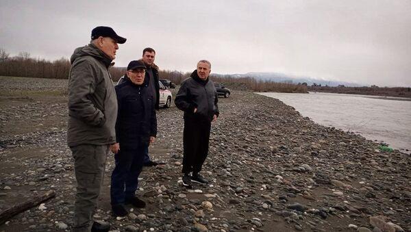 Президент Абхазии Аслан Бжания осмотрел сегодня русло реки Кодор в сёлах Уарча (Гулрыпшский район) и Адзюбжа (Очамчырский район). - Sputnik Аҧсны