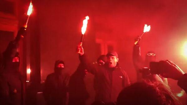 В Киеве митингующие забросали офис Зеленского петардами - Sputnik Абхазия
