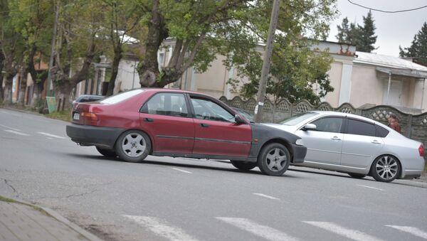Машины на перекрестке  - Sputnik Аҧсны