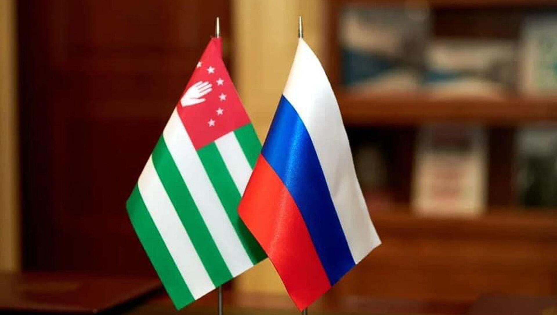 Флаг Абхазии и России  - Sputnik Аҧсны, 1920, 09.09.2021