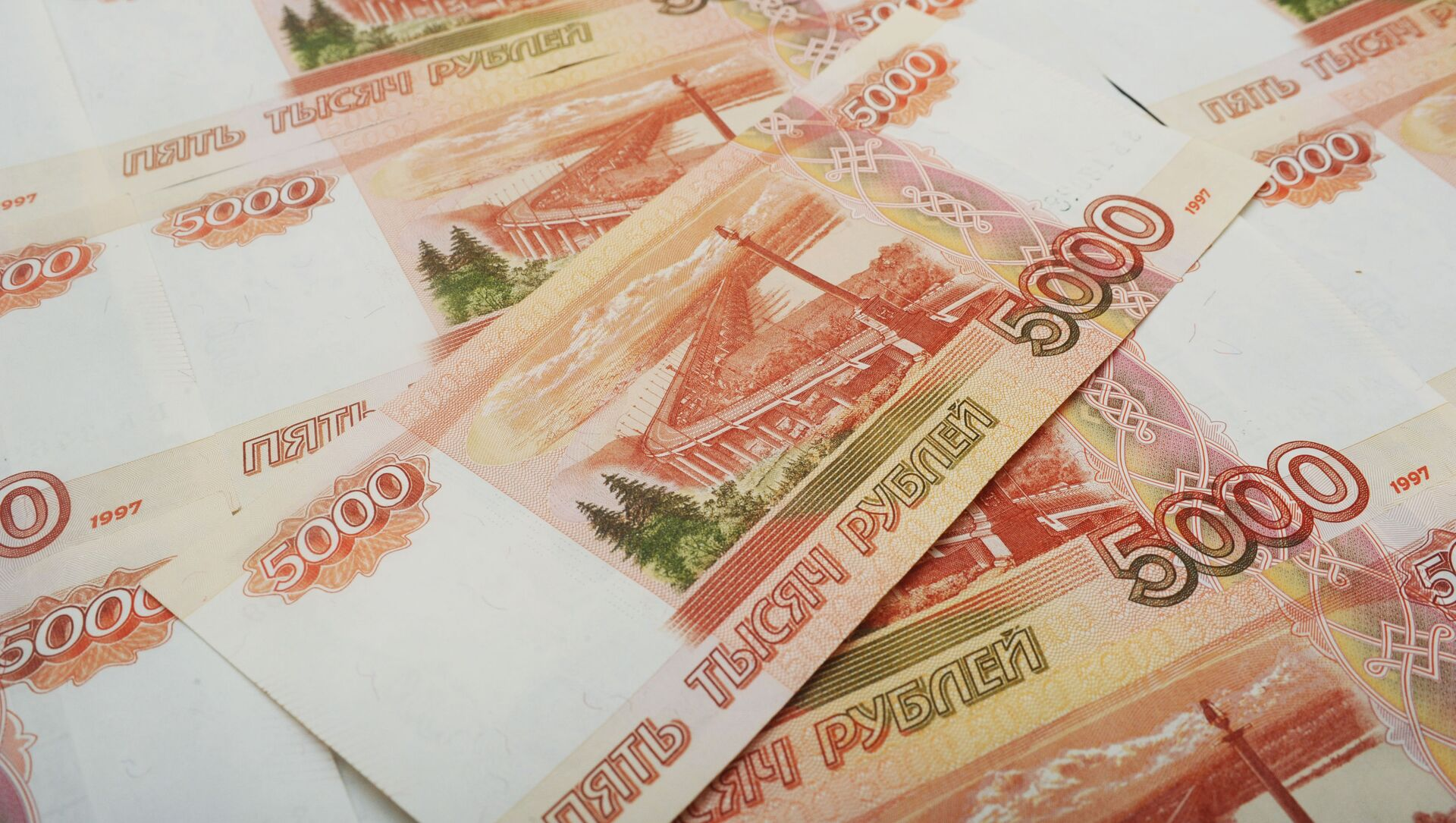 Банкноты номиналом 5000 рублей. - Sputnik Аҧсны, 1920, 28.09.2021
