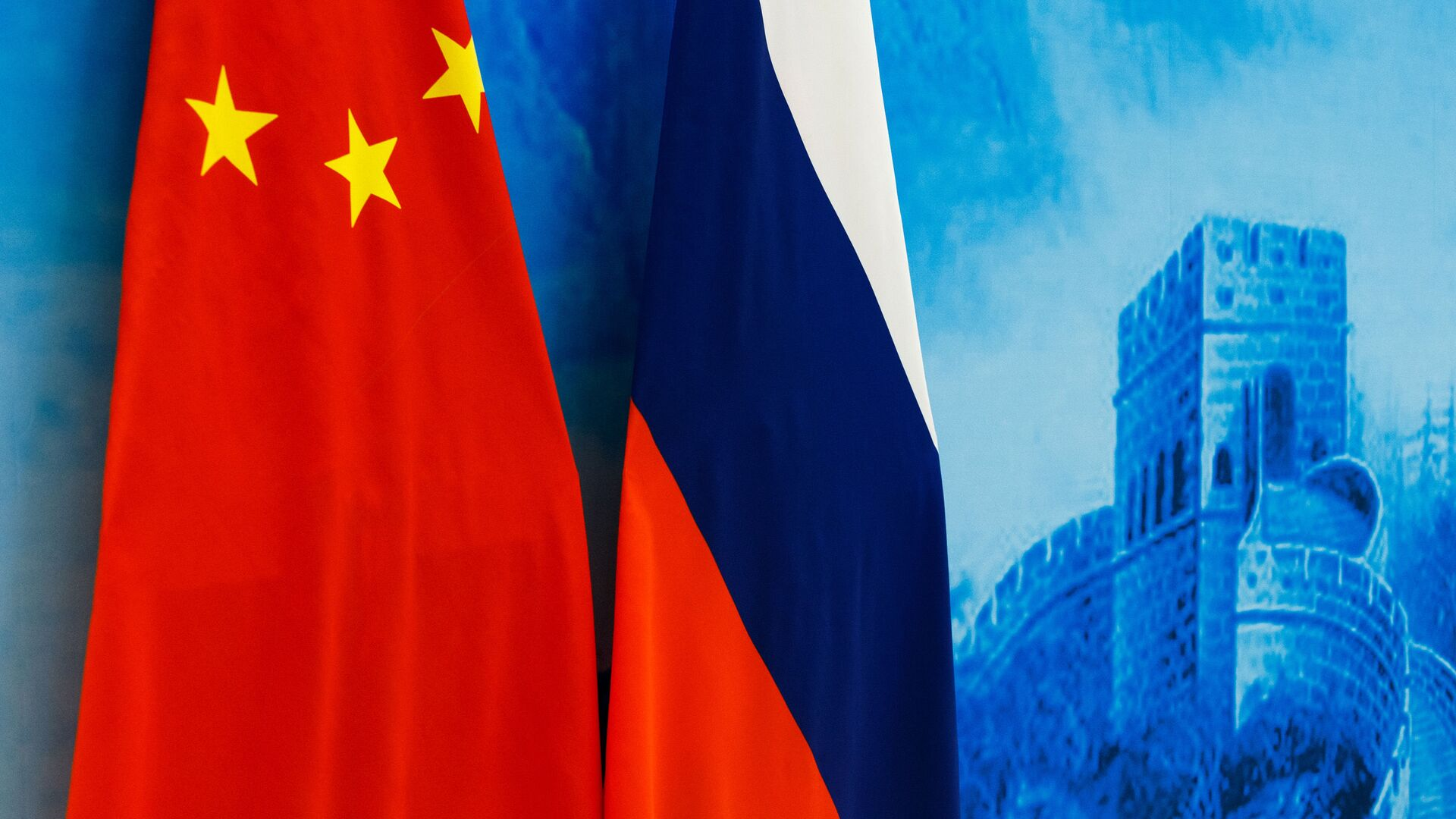 Флаги России и КНР на XXIII заседании межправительственной комиссии по военно-техническому сотрудничеству в Пекине. - Sputnik Абхазия, 1920, 10.09.2021