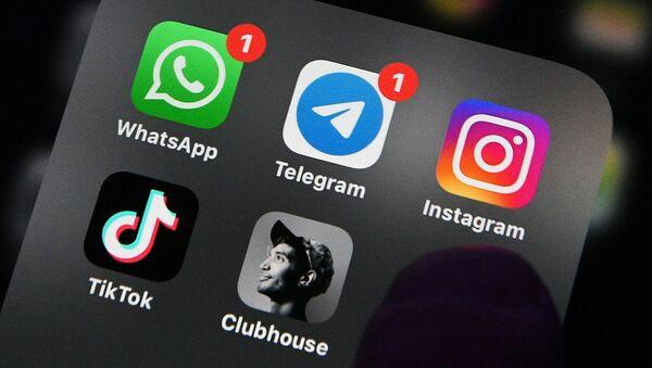 Приложение Clubhouse на экране смартфона. - Sputnik Абхазия