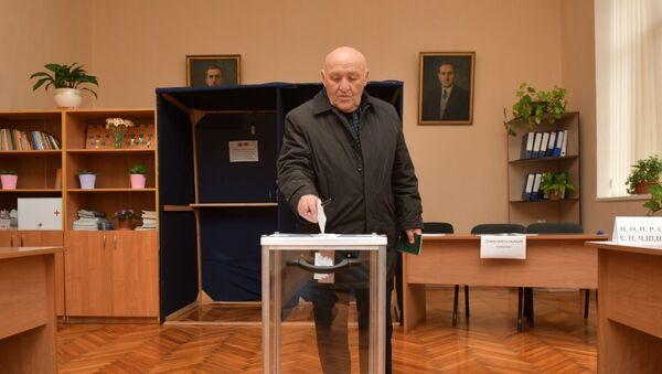 Спикер парламента Валерий Кварчия на выборах в местное самоуправление 2021 - Sputnik Абхазия