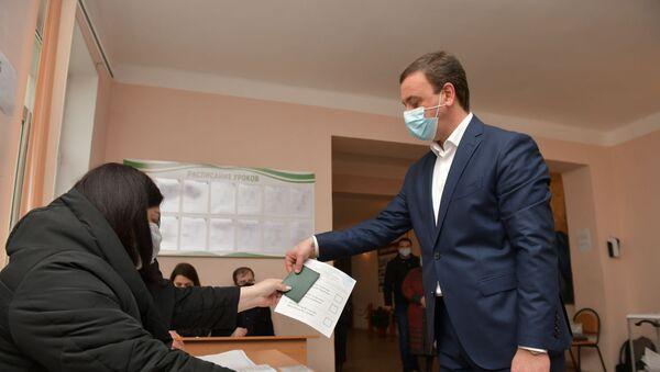 Владимир Делба на выборах в местное самоуправление  - Sputnik Абхазия