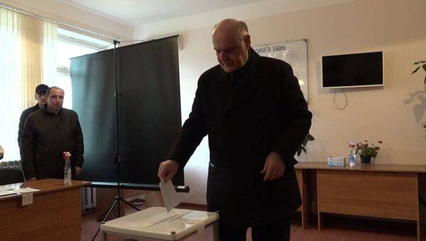 Аслан Бжания проголосовал на выборах в местное самоуправление  - Sputnik Абхазия