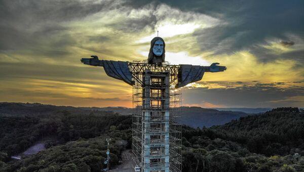 Вид на статую Христа, строящуюся в Энкантадо, штат Риу-Гранди-ду-Сул, Бразилия, 9 апреля 2021 г. - Статуя Христа-Защитника, строящаяся в Энкантадо, будет больше, чем статуя Христа-Искупителя в Рио-де-Жанейро, и станет третьей по величине в мир. - Sputnik Абхазия