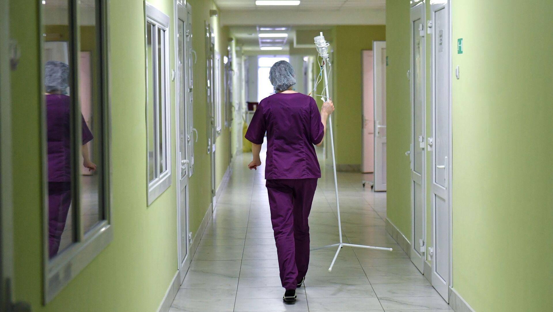 Сотрудница детской инфекционной больницы в Симферополе. - Sputnik Абхазия, 1920, 04.09.2021