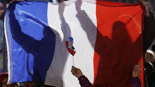 Французские болельщики держат свой национальный флаг и болеют за призеров Франции в соревнованиях по лыжному спорту среди мужчин во время церемонии вручения медалей на зимних Олимпийских играх 2014 года в четверг, 20 февраля 2014 года в Сочи, Россия - Sputnik Абхазия
