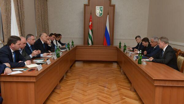 Делегация представителей Минэкономразвития и Минэнерго России на встрече с Асланом Бжания  - Sputnik Аҧсны