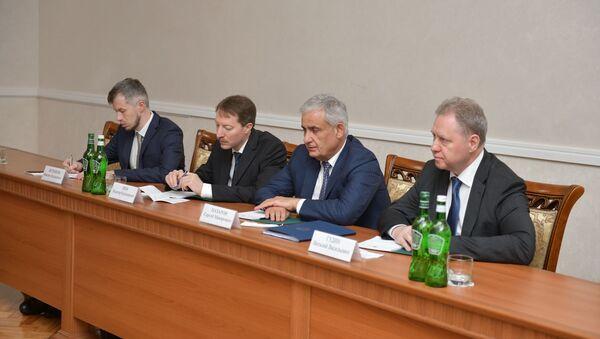 Делегация представителей Минэкономразвития и Минэнерго России на встрече с Асланом Бжания - Sputnik Абхазия