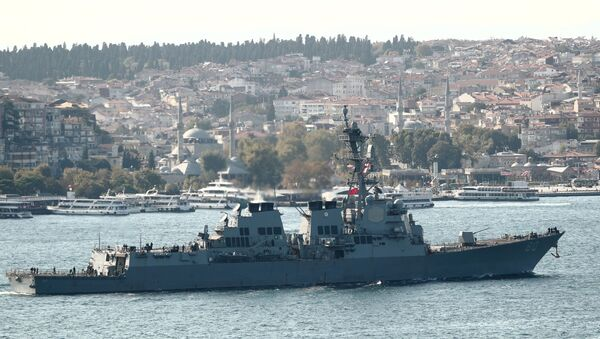 Эсминец ВМС США типа Arleigh-Burke USS Roosevelt (DDG 80) отправляется в плавание по Босфору, возвращаясь из Черного моря, в Стамбуле, Турция 2 октября 2020 - Sputnik Абхазия