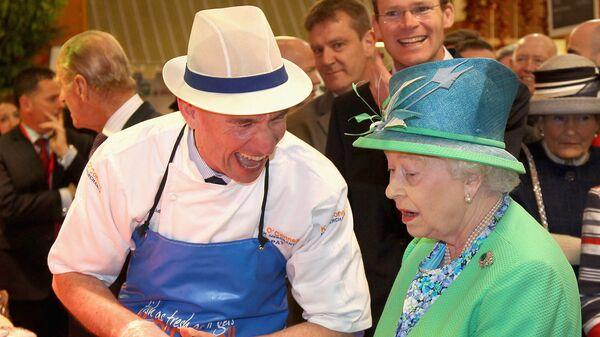 Британская королева Елизавета II на рынке в Корке, Ирландия - Sputnik Абхазия