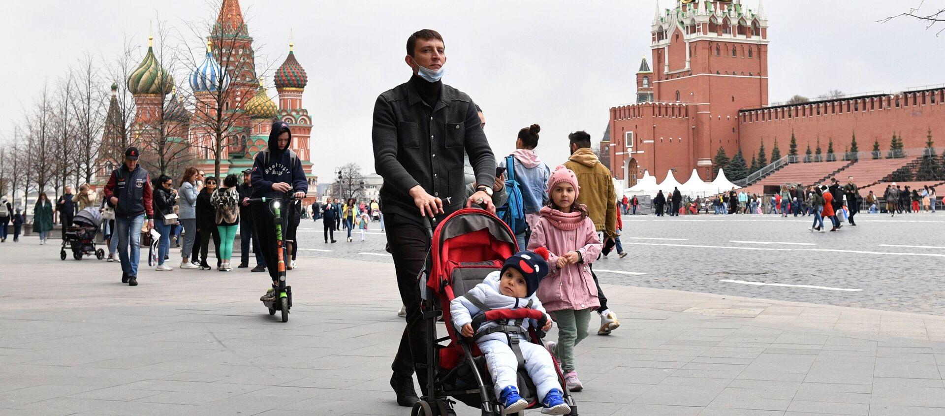 Люди на Красной площади в Москве. - Sputnik Абхазия, 1920, 20.05.2021