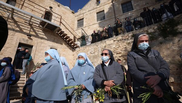 Христианские монахини молятся во время службы в Вербное воскресенье на Елеонской горе с видом на Старый город Иерусалима. - Sputnik Абхазия