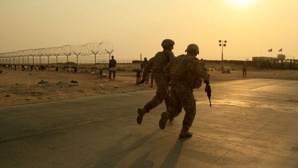 Солдаты армии США из 2-го батальона 23-го пехотного полка 4-й бригады 2-й пехотной дивизии мчатся к границе из Ирака в Кувейт в среду, 18 августа 2010 г - Sputnik Аҧсны