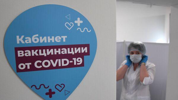 В прививочном пункте вакцинации на ВДНХ в Москве, где медики вакцинируют желающих российским препаратом от COVID-19. - Sputnik Абхазия