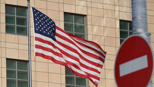 Государственный флаг США у американского посольства в Москве. - Sputnik Абхазия