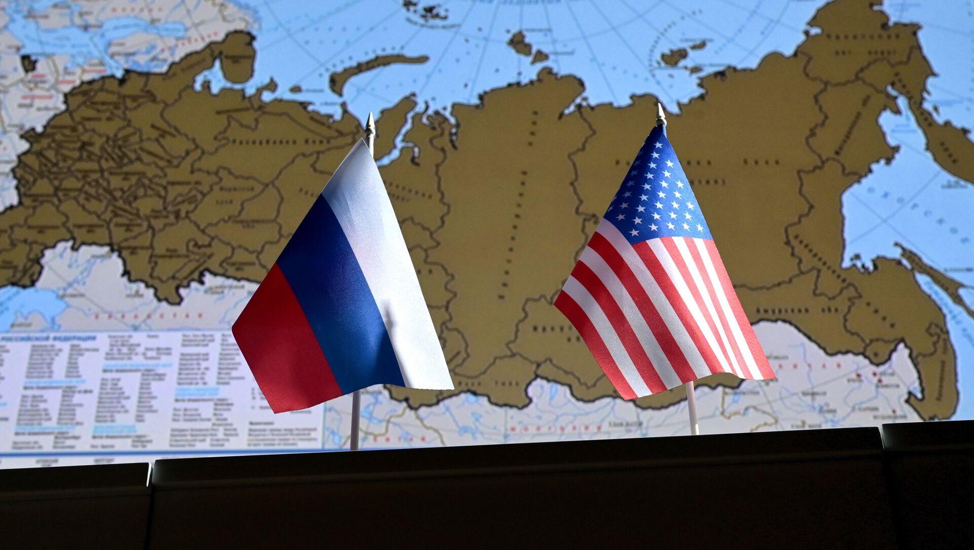 Государственные флаги России и США. - Sputnik Аҧсны, 1920, 15.05.2021