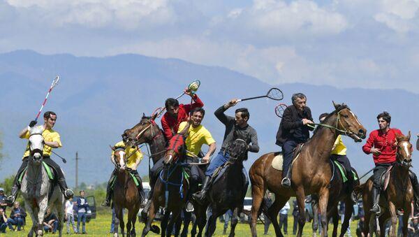 Команды из села Кутол и Гулрыпшского района состязаются в конном футболе. - Sputnik Аҧсны