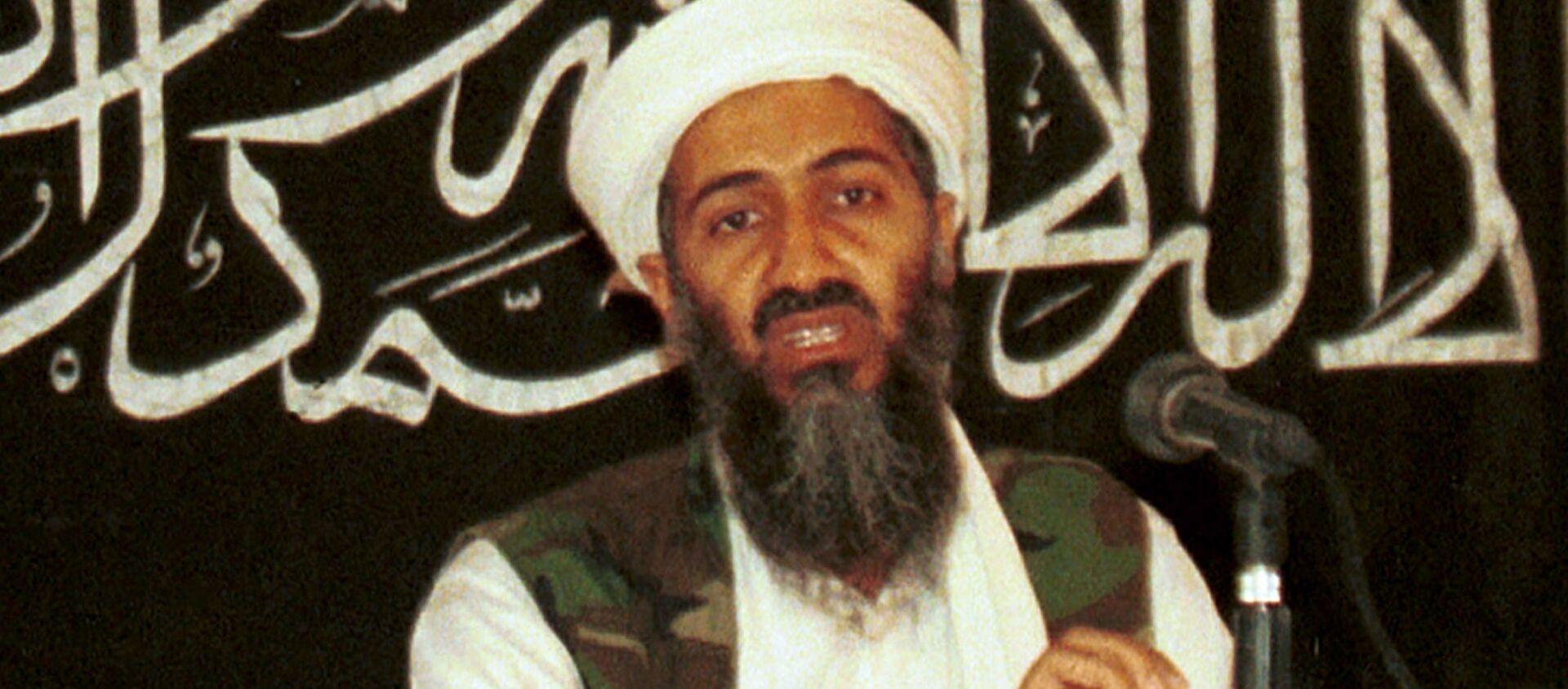 На этой фотографии из архива 1998 года Айман аль-Завахри (слева) проводит пресс-конференцию с Усамой бен Ладеном в Хосте, Афганистан и опубликован в пятницу 19 марта 2004 года. Человек, знакомый с событиями, сказал в воскресенье, 1 мая 2011 года, что мусорное ведро Ладен мертв, а тело у США - Sputnik Абхазия, 1920, 02.05.2021