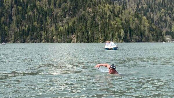 Фаломкин Тимур переплыл озеро Рица  - Sputnik Абхазия