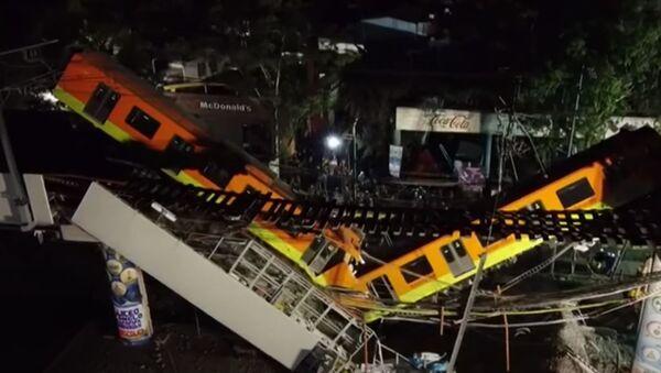 Видео с места обрушения метромоста с находившимся на нём поездом в Мексике - Sputnik Абхазия
