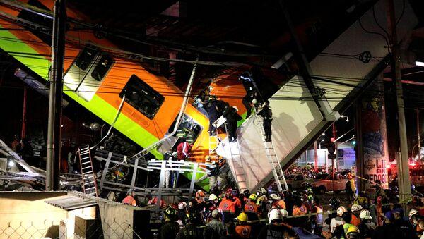 Спасатели на месте обрушения метромоста на станции Оливос в Мехико, Мексика  - Sputnik Абхазия