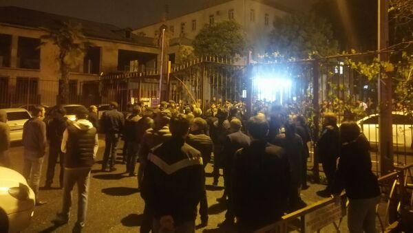 Родные и друзья Ахры Авидзба собрались у здания Службы государственной безопасности Абхазии - Sputnik Абхазия