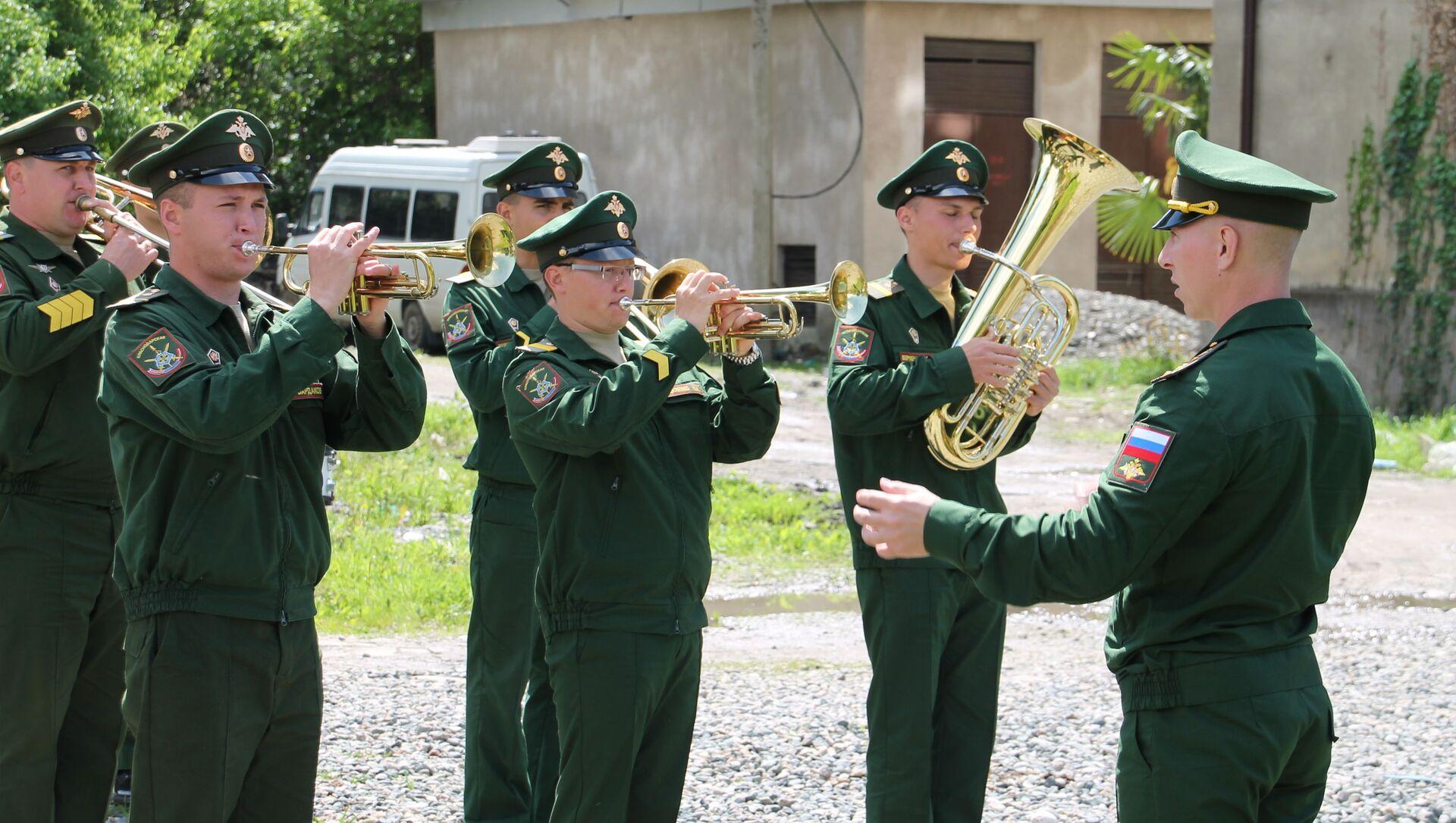 Поздравление ветерана на дому военнослужащими оркестра ЮВО  - Sputnik Аҧсны, 1920, 05.05.2021