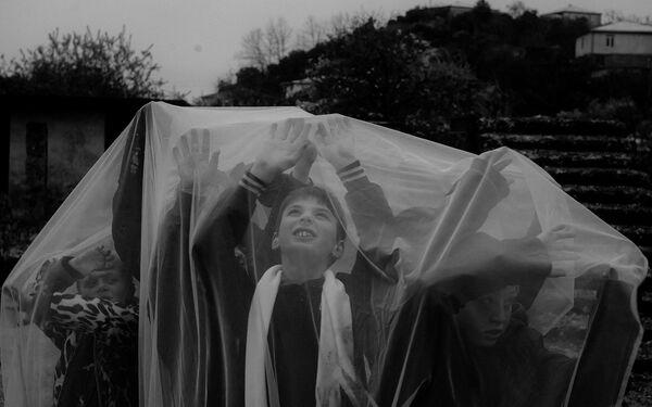 Аноминациа Есҽнытәи аԥсҭазаара аҟны аԥхьахә игеит авидеооператор Давид Чакобелиа. Иусумҭа Аҩызцәа аҟны иаарԥшуп аҷкәынцәа хәыҷқәа рыхәмарра. - Sputnik Аҧсны