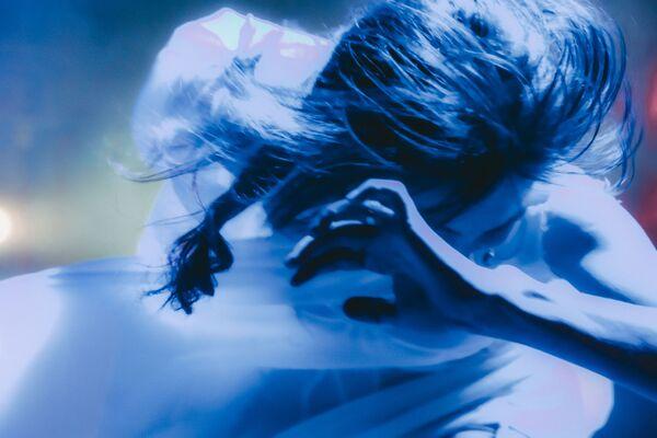 РУСДРАМ аспектакль Солиарис аҟны иҭыхыз афотоқәа рзы аноминациа Ажәабжьқәа аҿы аиаира лгеит афотоҭыхыҩ Ельза Чанԥҳа. - Sputnik Аҧсны