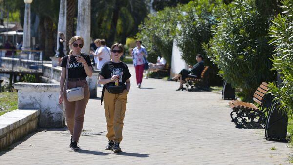 Туристы на набережной Сухума  - Sputnik Абхазия