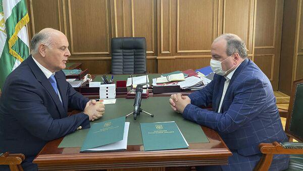 Президент Абхазии Аслан Бжания  и Тамаза Цахнакия - Sputnik Аҧсны
