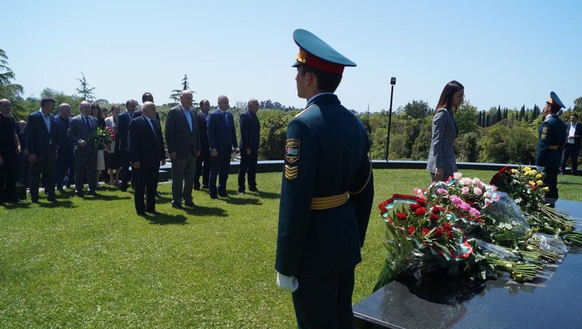 Президент Аслан Бжания возложил цветы к могиле Владислава Ардзинба - Sputnik Аҧсны, 1920, 14.05.2021
