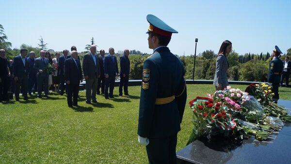 Президент Аслан Бжания возложил цветы к могиле Владислава Ардзинба - Sputnik Аҧсны