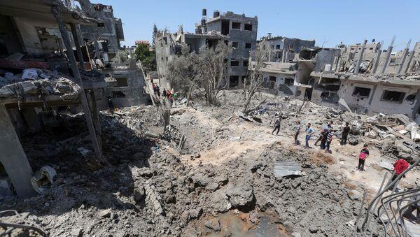 Палестинцы собираются на месте разрушенных домов после израильских авиационных и артиллерийских ударов в секторе Газа - Sputnik Аҧсны
