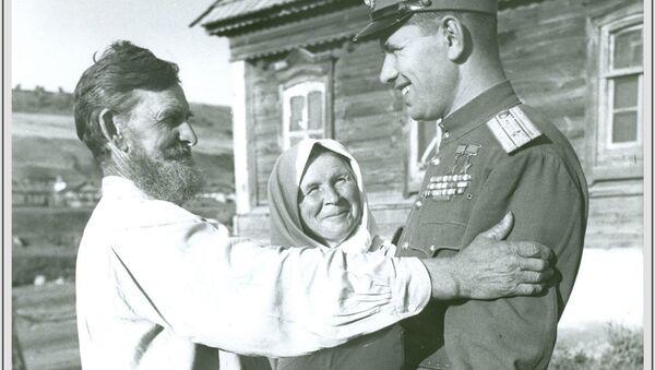 Маршал авиации, дважды Герой Советского Союза Скоморохов Николай Михайлович на родине в селе Лапоть Саратовской области, 1946 год - Sputnik Абхазия