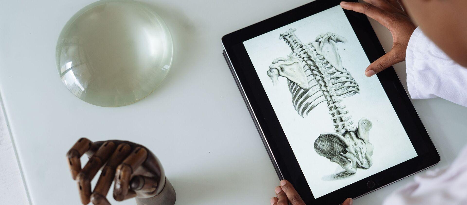 Скелет человека на экране планшета  - Sputnik Абхазия, 1920, 17.05.2021