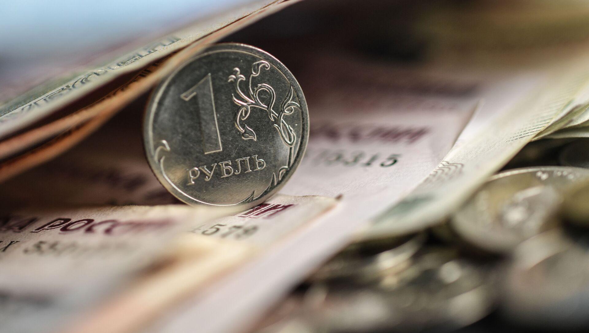 Денежные купюры и монеты. - Sputnik Абхазия, 1920, 03.09.2021