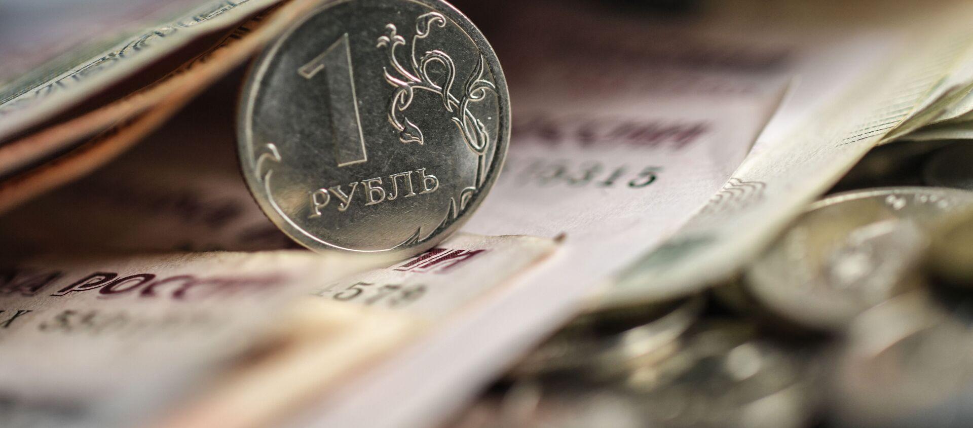 Денежные купюры и монеты. - Sputnik Абхазия, 1920, 21.07.2021